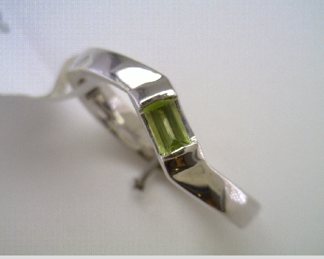 14k White Gold Curved Peridot Ring